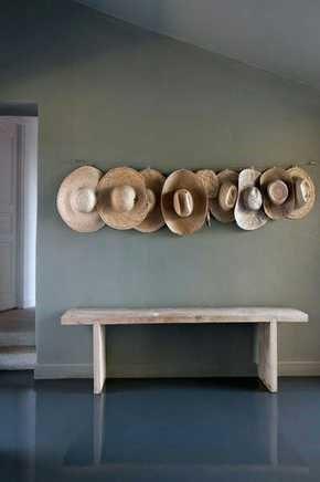 Rangée de chapeaux en décoration