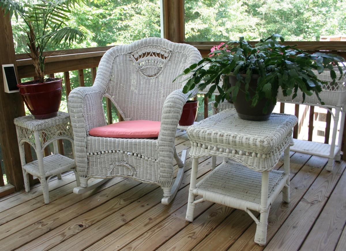 balcon avec fauteuil et desserte