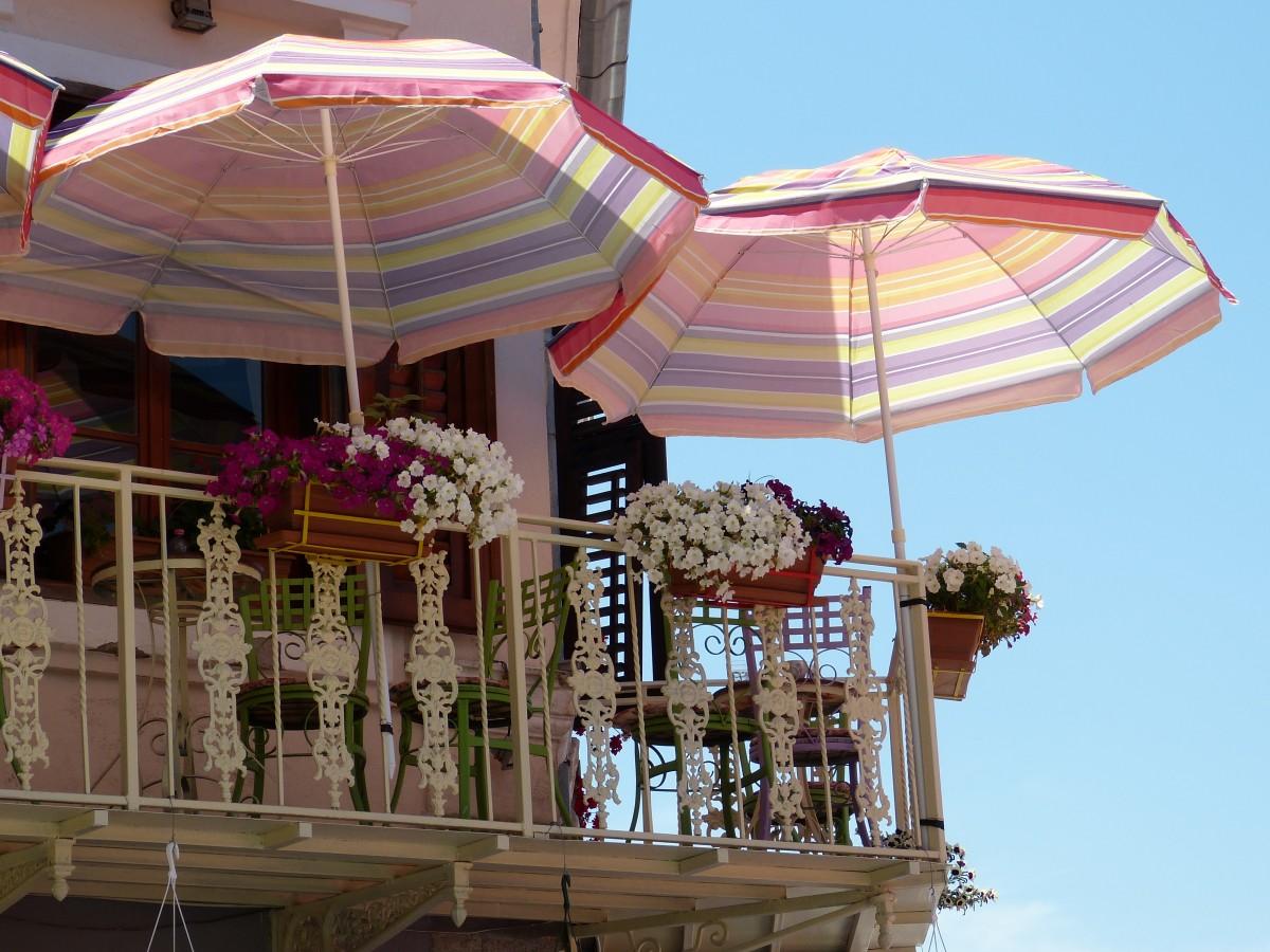 balcon avec fleurs et parasol
