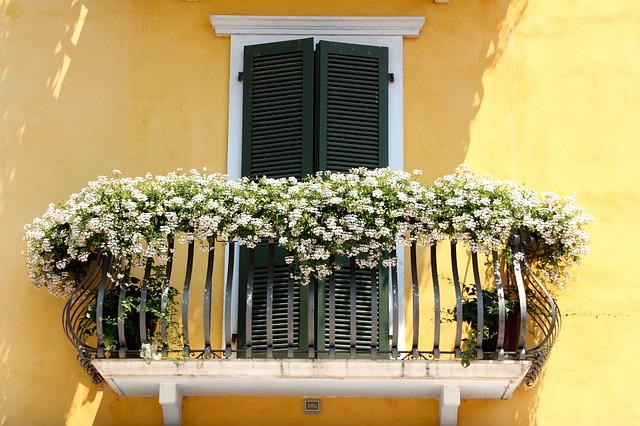 décoration de balcon avec fleurs